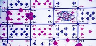Cartas de baralho dispostas aleatoriamente